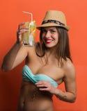Kvinna i bikini med en kall drink royaltyfri fotografi
