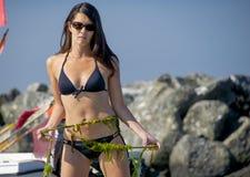 Kvinna i bikini med repet Royaltyfri Fotografi