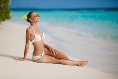 Kvinna i bikini på den tropiska stranden Arkivfoto