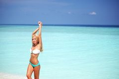 Kvinna i bikini på stranden Arkivfoto