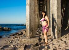 Kvinna i bikini på stranden Fotografering för Bildbyråer