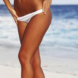 Kvinna i bikini på stranden Royaltyfria Bilder