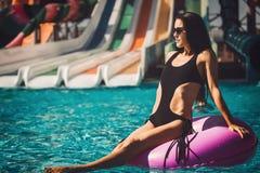 Kvinna i bikini i simbassängen Royaltyfri Fotografi