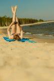 Kvinna i bikini som solbadar och kopplar av på stranden Royaltyfria Foton