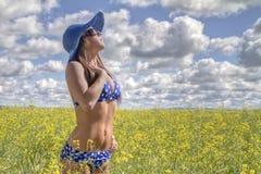 Kvinna i bikinicanolafält Royaltyfri Fotografi