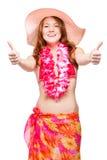 Kvinna i bikinin, hatten och blom- hawaianska Lei som visar upp tummar Arkivbilder