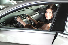 Kvinna i bil royaltyfri fotografi