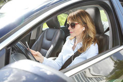 Kvinna i bil royaltyfria bilder