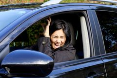 Kvinna i bil som ropar på grund av olycka Royaltyfri Foto