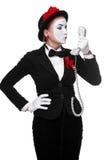Kvinna i bildfaderns som rymmer en telefonlur Royaltyfri Foto
