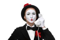 Kvinna i bildfaderns som rymmer en telefonlur Arkivbild