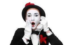 Kvinna i bildfaderns som rymmer en telefonlur Royaltyfri Fotografi
