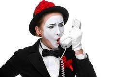Kvinna i bildfaderns som rymmer en telefonlur Arkivbilder