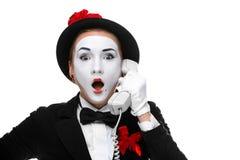 Kvinna i bildfaderns som rymmer en telefonlur Royaltyfri Bild