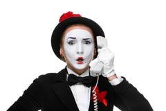Kvinna i bildfaderns som rymmer en telefonlur Royaltyfria Bilder