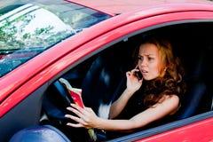 Kvinna i bilen arkivfoton