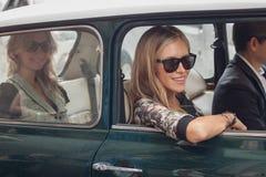 Kvinna i bilen utanför Trussardi modeshower som bygger för Milans Womens modeveckan 2014 Fotografering för Bildbyråer