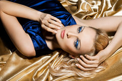 Kvinna i blå klänning Royaltyfria Bilder