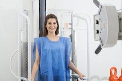Kvinna i blå skyddskläder som genomgår bildläsning för bröstkorgröntgenstråle Arkivfoton