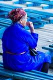 Kvinna i blå traditionell deel, Nadaam öppningscermoni Fotografering för Bildbyråer