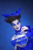 Kvinna i blått Arkivfoto