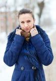 Kvinna i blåttlag på den vintriga stadsgatan arkivbilder