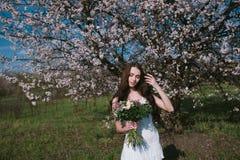 Kvinna i blommande träd Royaltyfri Bild