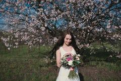 Kvinna i blommande träd Arkivbild