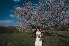 Kvinna i blommande träd Royaltyfria Bilder