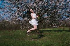 Kvinna i blommande träd Royaltyfria Foton