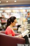Kvinna i bokhandel Arkivbilder