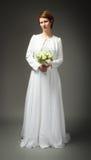 Kvinna i bröllopsklänningfrontalsida royaltyfria foton