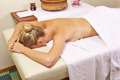 Kvinna i brunnsorten som tillbaka väntar på massage Fotografering för Bildbyråer