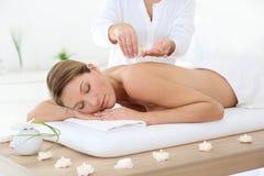 Kvinna i brunnsortmitten som har en massage royaltyfria bilder