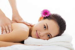Kvinna i brunnsortsalongen som får massage Royaltyfria Bilder