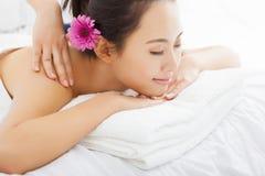 Kvinna i brunnsortsalongen som får massage Arkivbild