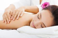 Kvinna i brunnsortsalongen som får massage arkivfoto