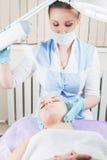 Kvinna i brunnsortsalongen, stimulans av metaboliska processar i silkespapper Arkivfoto