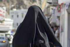 Kvinna i burkaen Oman arkivbild