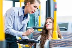Kvinna i bussen som har ingen giltig biljett på kontroll Royaltyfri Foto
