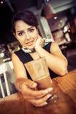 Kvinna i cafe royaltyfri foto