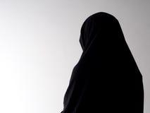 Kvinna i chador bakifrån, med copyspace Arkivfoton