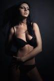 Kvinna i damunderkläder Härlig flicka i svart underkläder Perfekt sexig kropp Brunett Arkivbild