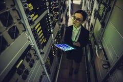 Kvinna i datacenter arkivfoto