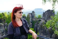 Kvinna i de Elbe sandstenbergen royaltyfria bilder