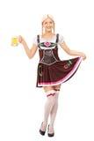 Kvinna i den bayerska dräkten som rymmer en halv liter av öl Royaltyfri Foto
