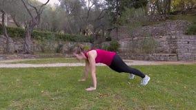 Kvinna i den gymnastiska dräkten som gör cardio övningar stock video