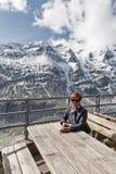 Kvinna i den Kaiser Franz Joseph glaciären Grossglockner fjällängar, Österrike Royaltyfria Foton