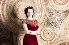 Kvinna i den moderna indiska person som tillhör en etnisk minoritet, röd klänning retro stil Royaltyfri Foto