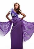 Kvinna i den purpura klänningen Arkivfoton